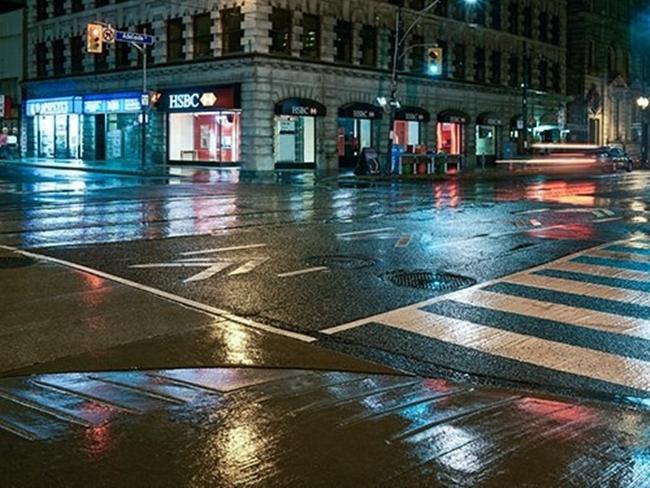 Việc phun ướt mặt đường sẽ giúp khung hình trông hài hòa, đẹp mắt và nhìn rõ nét từng viên gạch lát, vạch kẻ sơn…