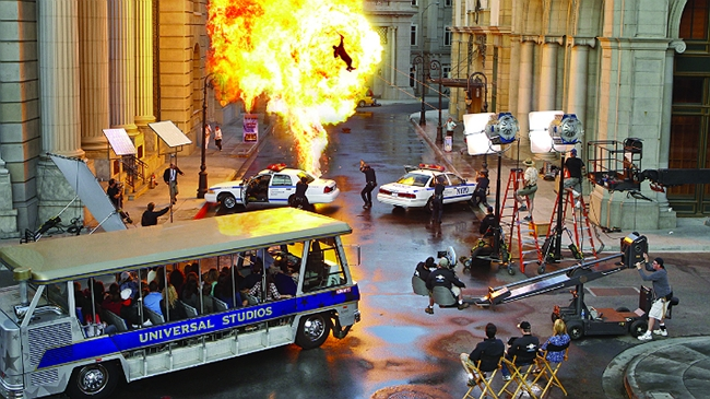 Hậu trường một cảnh quay cháy nổ trên mặt đường được phun nước ở Los Angeles.