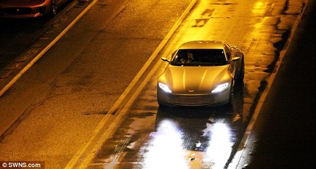 Kết hợp với đèn đường, nền đất màu sẫm được phun nước sẵn giúp làm nổi bật chủ thể là chiếc xe màu bạc của đoàn phim.