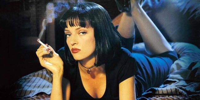 """Cảnh hút thuốc lá của Uma Thurman trong """"Pulp fiction"""". Thực tế, không một nhà sản xuất nào lại cho diễn viên đóng đi đóng lại cảnh hút thuốc vì rất có hại cho sức khỏe. Đạo cụ mà các diễn viên dùng thực chất là một loại thuốc lá thảo dược."""