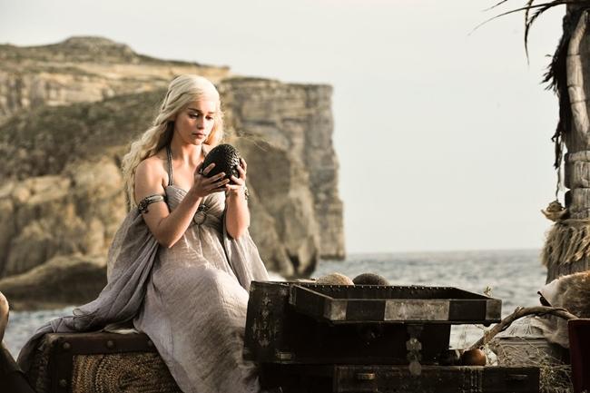 Hình ảnh hậu trường cho thấy Emilia Clarke cầm trên tay một quả dưa hấu. Tuy nhiên, khi lên phim quả dưa đã được hô biến thành quả trứng rồng.