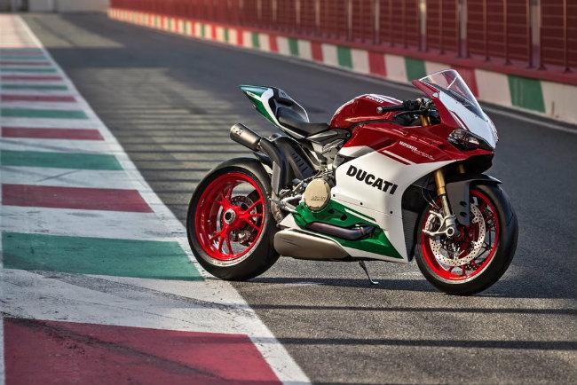 Ducati vừa tiết lộ mẫu xe 1299 Panigale R Final Edition. Đây cũng là sản phẩm lá cờ đầu cuối cùng mang động cơ L-Twin trước khi thương hiệu xe hai bánh nổi tiếng thế giới này chuyển sang thay thế 1299 Panigale huyền thoại bằng mẫu xe mới hoàn toàn, trang bị động cơ V4 chứ không còn L-Twin nữa.