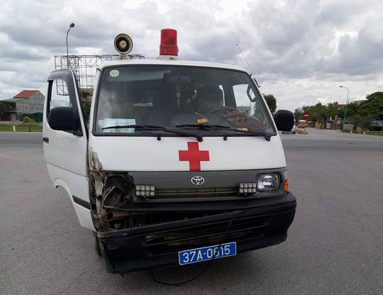 Va chạm giao thông, tài xế xe cứu thương cầm dao rượt chém người - 1