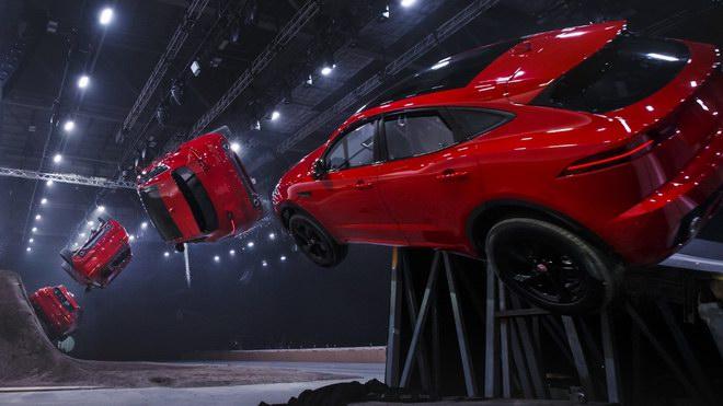 Jaguar E-Pace ra mắt bằng pha nhào lộn ngoạn mục - 1