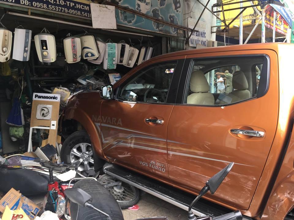"""Xe """"điên"""" lùa gần 10 ô tô xe máy, nhiều người bị thương - 1"""