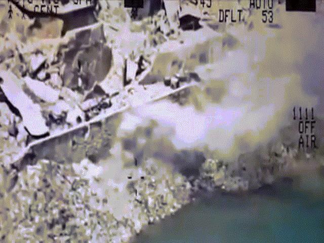 Trực thăng xả mưa đạn, tiêu diệt khủng bố IS nhảy sông