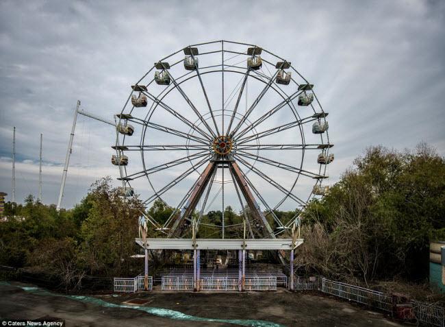 Công viên giải trí Six Flags tại thành phố New Orleans thuộc bang Louisiana, Mỹ, đã đóng cửa sau khi bị trận bão Katrina tàn phá vào năm 2005.