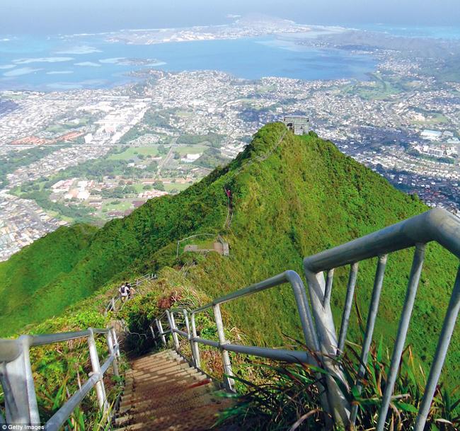 Cầu thang Ha'iku, Hawaii, Mỹ: Dãy cầu thang 3.922 bậc này dẫn đến đỉnh dãy núi Ko'olau ngoạn mục của Oahu. Cảnh quan tuyệt đẹp ở trên đỉnh núi đã khiến nơi đây có biệt danh Nấc thang lên Thiên đường.