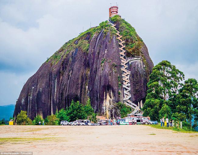 El Peñón de Guatapé, Antioquia, Colombia: Ít cókhối đá nào gây ấn tượng như gã khổng lồ cao 200m tọa lạc gần thị trấn Guatape này. Khách thăm quan có thể chinh phục kỳ quan ấy với 649 bậc thang được khắc trên vết nứt dài bên sườn tảng đá.
