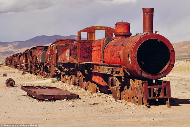 Cementerio de Trenes , Uyuni, Bolivia: Rợn tóc gáy là từ duy nhất để mô tả Nghĩa trang Đại Hỏa xa, nằm ở ngoại ô phía tây nam Uyuni, gần bãi muối lớn nhất thế giới Salar de Uyuni.Nơi đây trở thành chốn phơi mình của những xác tàu lửa khổng lồ sau khi ngành công nghiệp khai thác mỏ những năm 1940 ở Bolivia sụp đổ.