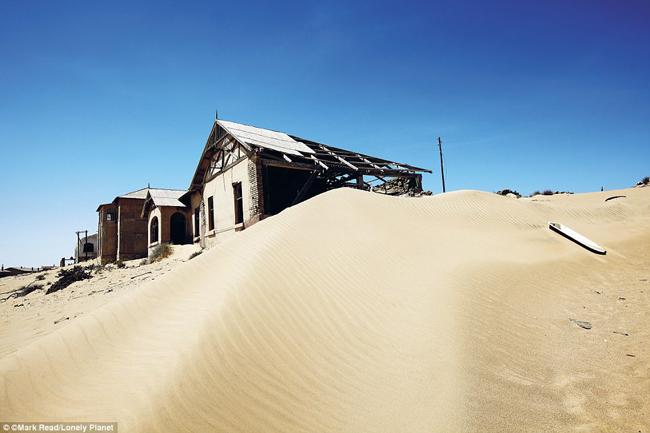 Kolmanskop, sa mạc Namib, Namibia: Kolmanskop từng là một thị trấn khai thác mỏ bừng bừng sức sống, với đủ những phương tiện giải trí như rạp chiếu phim, sân chơi bowling, rạp hát cùng sòng bạc, nhưng nơi đây đã bị bỏ hoang vào năm 1956. Giờ đây thị trấn hoang vắng đang dần bị những cồn cát nuốt chửng.