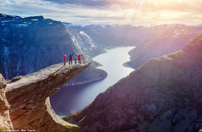 """Trolltunga, Tyssedal, Na Uy:Ngọn """"lưỡi của đá"""" này nằm ở độ cao 700 mét từ hồ Ringedalsvatnet và có thể chinh phục thông qua một chuyến leo núi kéo dài 12 giờ từ làng Skjeggedal. Đối với những lữ khách có tinh thần phiêu lưu mạo hiểm, đứng ở rìa núi đá chênh vênh này là trải nghiệm không thể bỏ qua."""