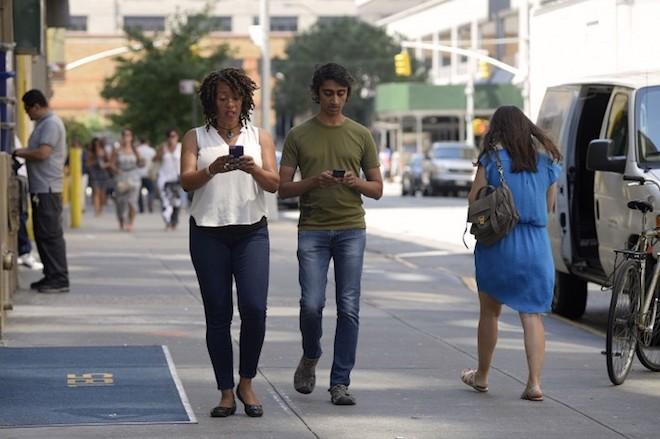 Một thành phố ở Mỹ phạt tiền người đi bộ dùng điện thoại - 1