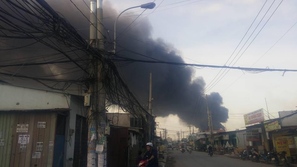 Xưởng cao su ở SG cháy dữ dội, nhiều người lao ra từ biển lửa - 1