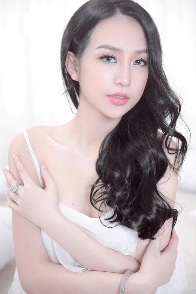 Hot girl Hương Baby - bà xã Tuấn Hưng được xem là bà mẹ hai con xinh đẹp, tài năng trong showbiz Việt. Cô còn được biết đến với độ chịu chơi nức tiếng trước khi kết hôn.