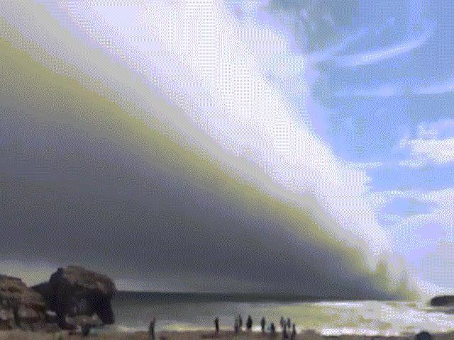 """Mây khổng lồ """"nuốt chửng"""" bãi biển Mỹ như ngày tận thế"""