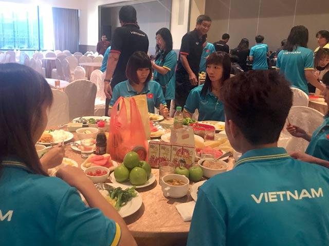 Tranh vàng SEA Games, ĐT nữ Việt Nam ăn mì tôm chống đói