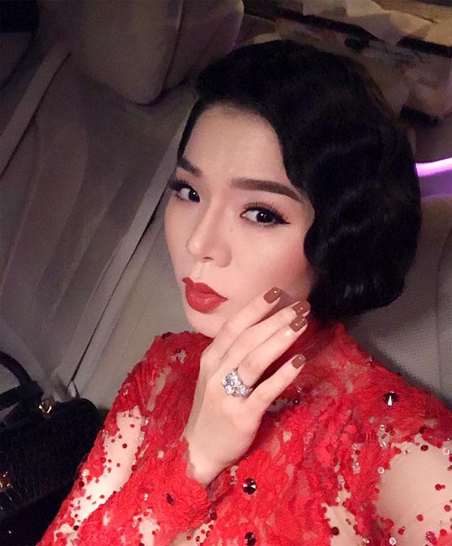 Những lần xuất hiện ở những sự kiện lớn, cô luôn biết cách thu hút sự chú ý khi đeo nhẫn km cương trên tay trái. Tuy nhiên, nữ ca sĩ từ chối tiết lộ giá trị món trang sức này vì không muốn gây ồn ào trước dư luận.
