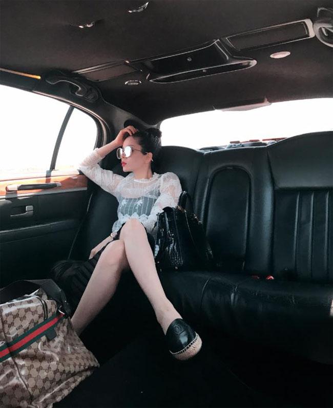 Người đẹp cũng thường xuyên sử dụng chiếc xe Limousine siêu dài, có nội thất xa xỉ mỗi khi lưu diễn tại Mỹ.