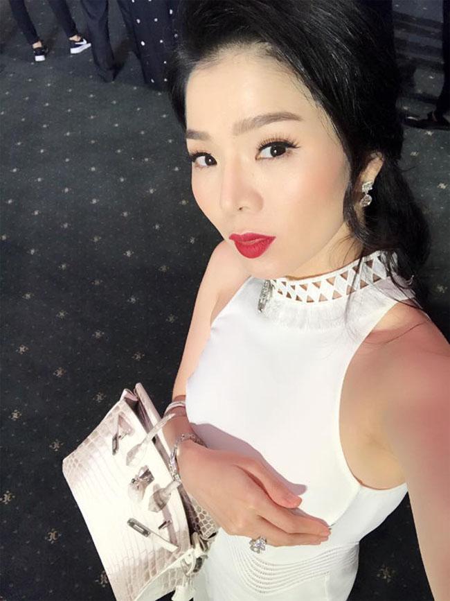 Lệ Quyên cũng là một trong số ít nghệ sĩ ở Việt Nam sở hữu chiếc túi Birkin Himalaya da cá sấu bạch tạng, có giá 2,5 tỷ đồng.
