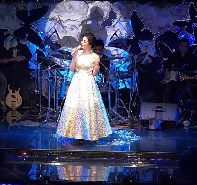 Không chỉ bận rộn chạy show tại các điểm diễn, nữ ca sĩ và chồng còn là chủ sở hữu của một phòng trà nổi tiếng ở Sài Thành. Đây không chỉ là nơi để cô gặp gỡ khán giả hàng tuần, mà còn là điểm diễn quen thuộc của nhiều ca sĩ hải ngoại hàng đầu hiện nay.