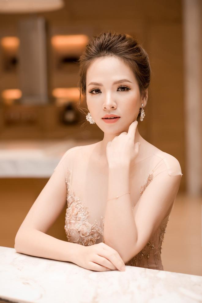 """""""Vợ Phan Hải"""" mặc váy nude đẹp át hai nàng hoa hậu Việt - 1"""