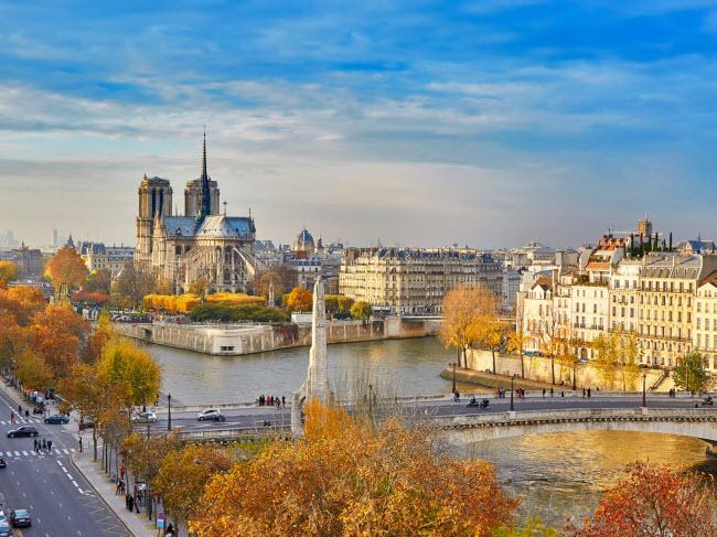 Paris, Pháp: Mùa thu là thời điểm lý tưởng nhất trong năm để trải nghiệm thành phố Paris vì chi phí rẻ, không đông đúc và phong cảnh đẹp hơn. Du khách có cơ hội chiêm ngưỡng vườn hoàng gia Palais hay cung điện Versailles được nhuộm màu vàng đỏ.