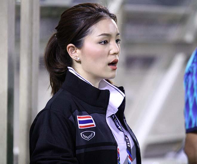 Sếp nữ xinh đẹp U22 Thái Lan vẫn nói cứng khi bị U22 Việt Nam bỏ xa - 1