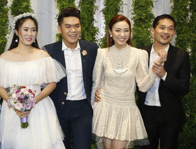 Vợ chồng Ngân Khánh tình tứ dự đám cưới Lê Phương - 1