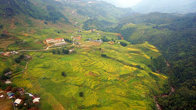 3. Sapa – Lào Cai: Nằm ở phía Tây Bắc của Việt Nam, Sapa nổi tiếng là địa điểm du lịch ở miền Bắc tuyệt đẹp với những màn sương bao phủ quanh năm, không khí trong lành, những đồi ruộng bậc thang xanh mát cùng nét đẹp thơ mộng của những phiên chợ vùng cao.Bầu không khí trong lành, mát mẻ của Sapa luônkhiến du khách có được cảm giác thư giãn nhất trong suốt kỳ nghỉ.