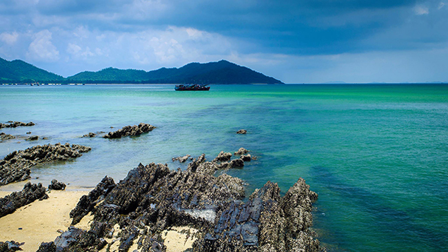 5. Đảo Cô Tô - Quảng Ninh: Được coi là hòn đảo xinh đẹp nhất nhì ở Bắc Bộ với những bãi biển hoang sơ, bờ cát trắng mịn trải dài cùng làn nước biển trong xanh. Cô Tô luôn nằm trong top những địa điểm hấp dẫn đối với du khách trong nước và cả khách du lịch quốc tế.Để ra đảo Cô Tô, điều bạn cần là đến bến cảng Cái Rồng (Vân Đồn, Quảng Ninh) lên tàu cao tốc và tranh thủ chợp mắt khoảng 1,5 tiếng là đã sẵn sàng cho một chuyến du lịch tuyệt vời trên đảo.