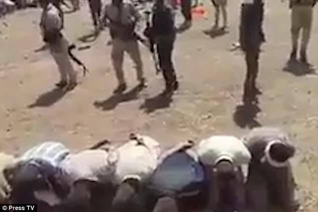 Hàng  trăm khủng bố IS quỳ gối đầu hàng ở giữa sa mạc - 1