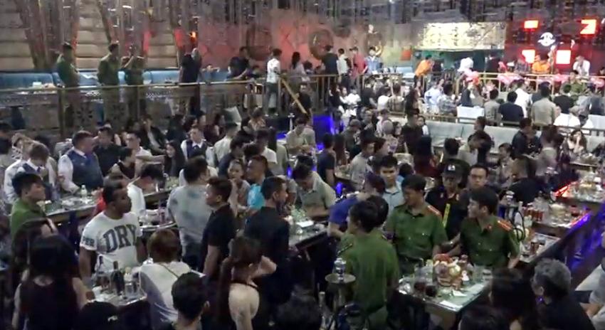 """Cảnh sát bao vây """"động lắc"""" giữa SG, cả trăm dân chơi nháo nhào tháo chạy - 1"""