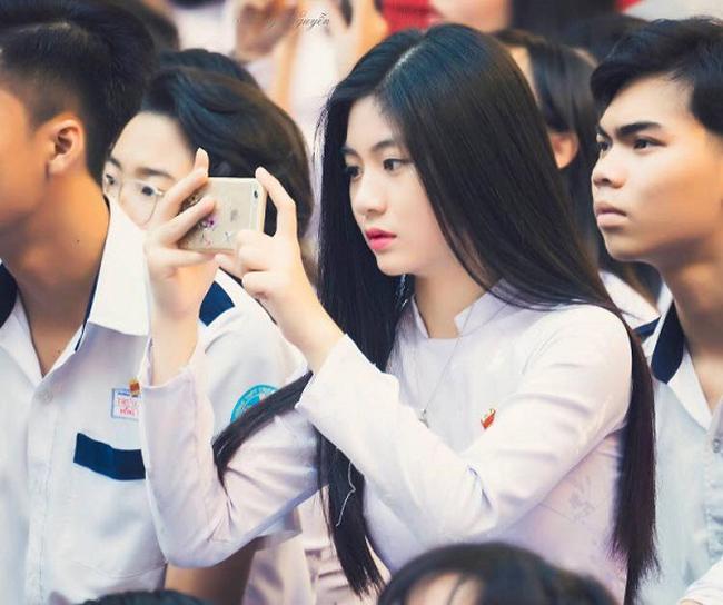 Bất ngờ nổi tiếng trên mạng sau khoảnh khắc chụp lén tại sân trường, Nam Phương trở thành thiên thần áo dài khiến biết bao chàng trai thổn thức.