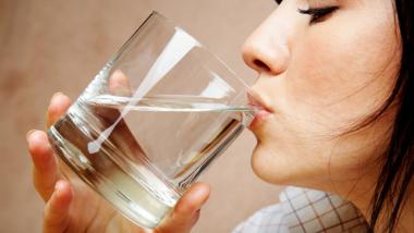 Điều gì xảy ra nếu uống nước ngay sau khi thức dậy - 1