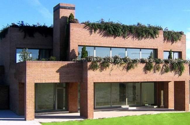 10. Nhà củaKaka (67 tỷ đồng). Căn biệt thự của cựu cầu thủ Real Madrid rộng 140m2, có 1 phòng gym, 1 hồ bơi trong nhà, và 6 gara.