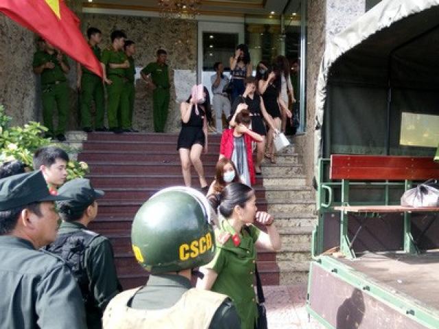 """Cảnh sát đột kích quán bar, đưa gần 50 """"dân chơi"""" về trụ sở"""
