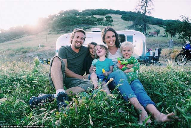 Chán cuộc sống ngột ngạt, gia đình này đã bán hết tài sản để cùng nhau đi du lịch - 1