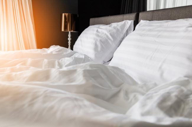 Sử dụng ga trải giường bằng vải bông: Để tránh đổ mồ hôi vào những đêm mùa hè nóng bức, bạn nên tránh xa chất liệu nhân tạo và sử dụng chất liệu tự nhiên cho giường ngủ.