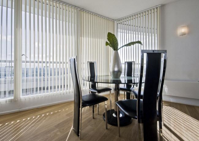 Giữ rèm che cả ngày: Đừng để căn hộ của bạn bị ánh nắng chiếu vào trong thời gian ban ngày. Tia bức xạ sẽ từ từ làm nóng bên trong phòng và bạn sẽ cảm thấy hiệu ứng nóng kéo dài hơn sau khi mặt trời lặn.