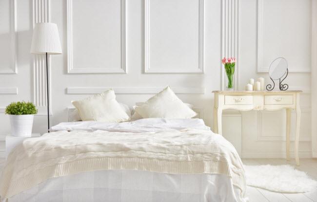 Sử dụng phụ kiện màu trắng: Bạn nên trang trí phòng ngủ bằng những đồ màu trắng vào mùa hè. Bởi vì gam màu trắng ít hấp thụ nhiệt hơn so với màu đen.