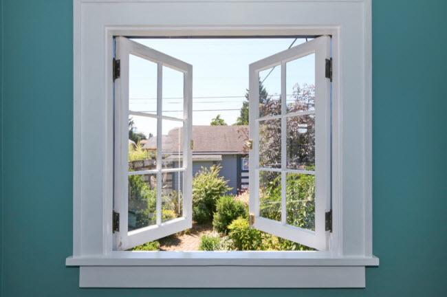 Dùng tấm che ướt trước cửa sổ: Khi không khí đi qua tấm che ướt, hơi ẩm sẽ làm mát căn phòng của bạn. Những tấm che có màu càng tối, càng hấp thụ nhiệt hiệu quả hơn.