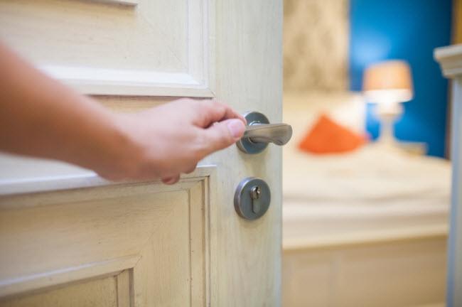Đóng cửa: Bạn nên đóng cửa phòng ngủ cả ngày để tránh không khí mát thoát khỏi phòng và bị thay thế bằng hơi nóng ngoài trời.