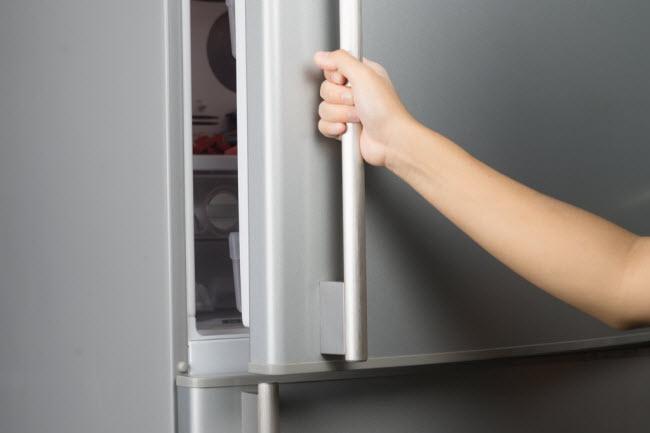 Làm mát ga trải giường: Cho tấm ga trải giường vào trong tủ lạnh một lúc trước khi đi ngủ, sẽ giúp làm mát cơ thể và nhanh đi vào giấc ngủ.