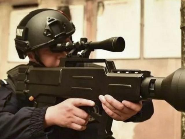 """TQ: Súng """"AK phiên bản laser"""", thiêu cháy mục tiêu cách 1km"""