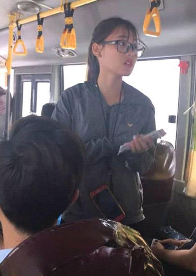 Nữ phụ xe buýt Hà Nội khiến dân mạng ngẩn ngơ vì quá xinh đẹp - 1