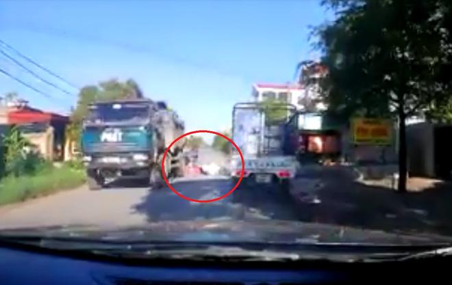 Clip: Cô gái thoát chết trong gang tấc khi ngã ra đường trước mũi xe tải - 1
