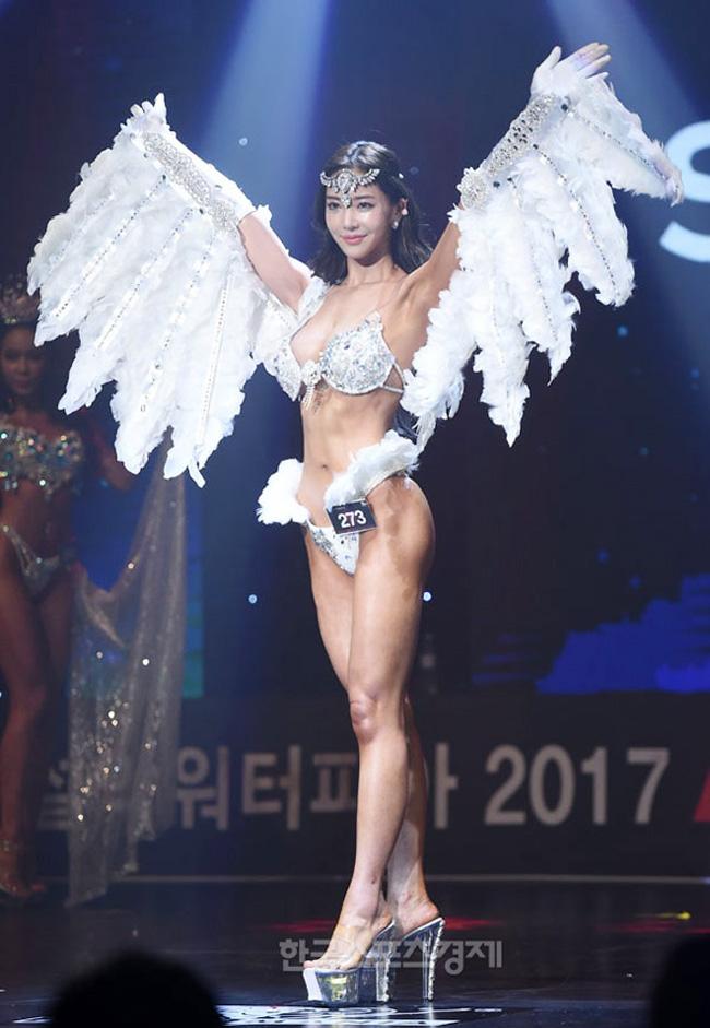 Người đẹp Lee Yeon Hwa gây chú ý khi đoạt giải quán quân cuộc thi thể hình Musclemania Asia Championship 2017.
