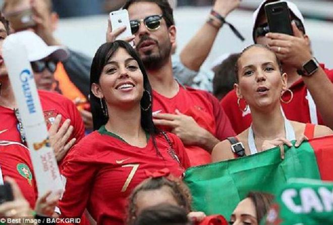 Bồ Đào Nha bị loại, bạn gái Ronaldo mang tiếng... 'đen' - 1