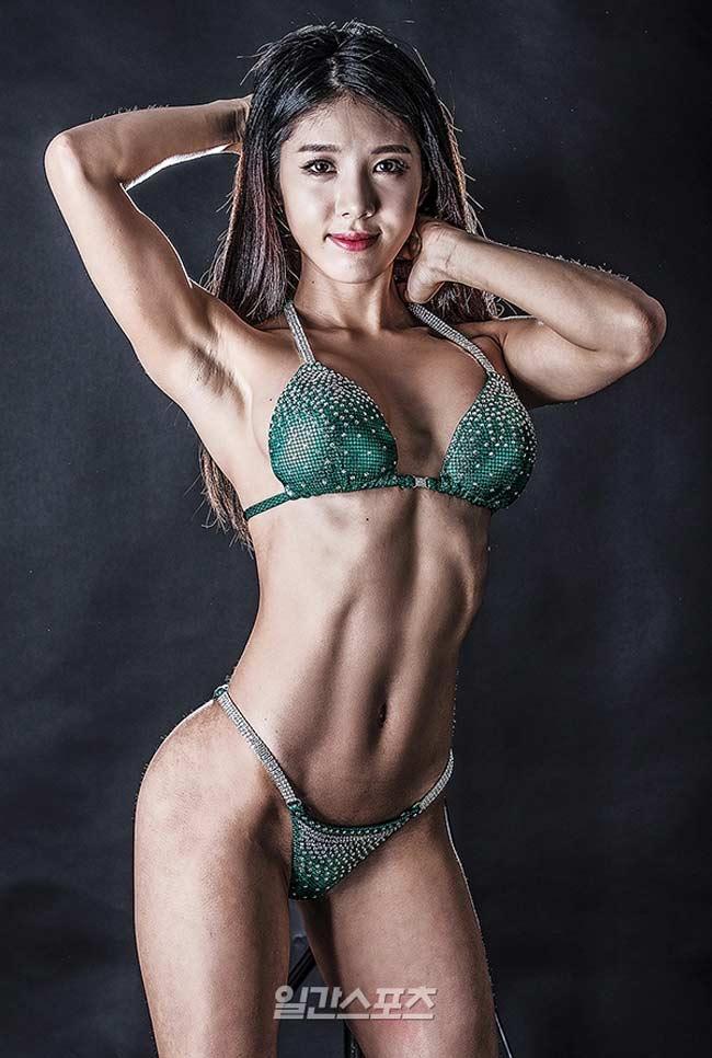 Bên cạnh các bài cardio thì người đẹp còn tập với tạ từ nặng đến nhẹ để có thân hình săn chắc, cơ băp.